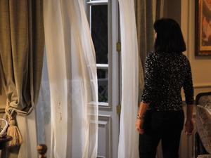 Ex-detenta abra as janelas para entrar frio, vento e chuva no quarto