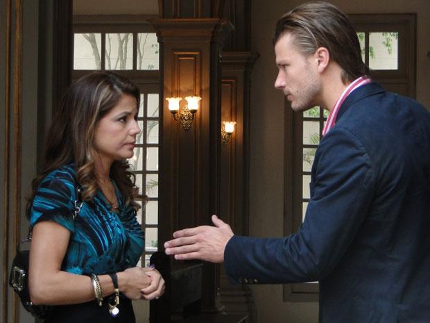 Fernando garante a Lavínia que vai protegê-la
