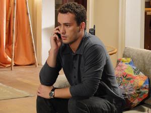 Eduardo telefona para Paula