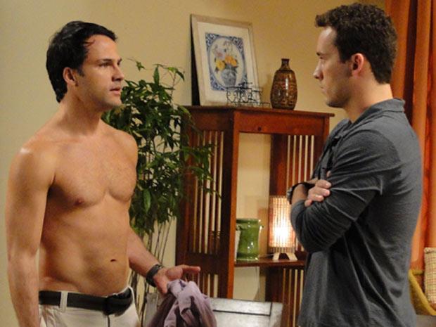 Sem camisa, Hugo deixa Eduardo perturbado