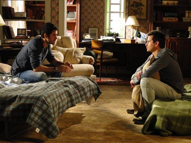 Pedro e Nando parecem planejar novos passos, conversando na casa de Tia Neném