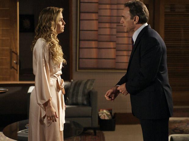 Cortez não escuta Natalie e manda ela se comportar como um verdadeira esposa (Foto: Insensato Coração/ TV Globo)
