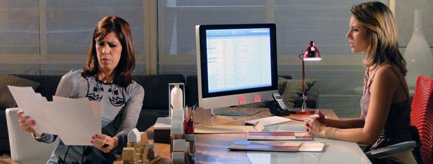 Bibi também vê as fotos (Foto: Insensato Coração/ TV Globo)