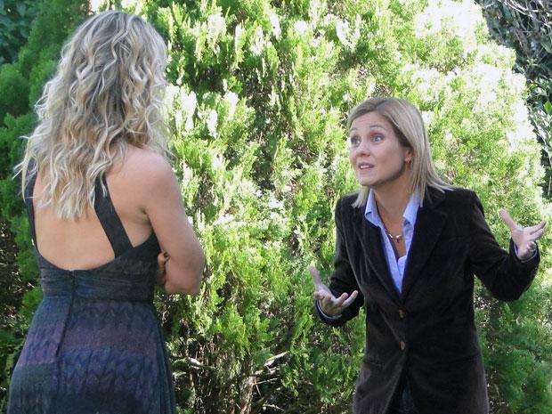 Júlia lembra as diferenças da Naomi-robê para uma pessoa comum (Foto: Morde & Assopra / TV Globo)