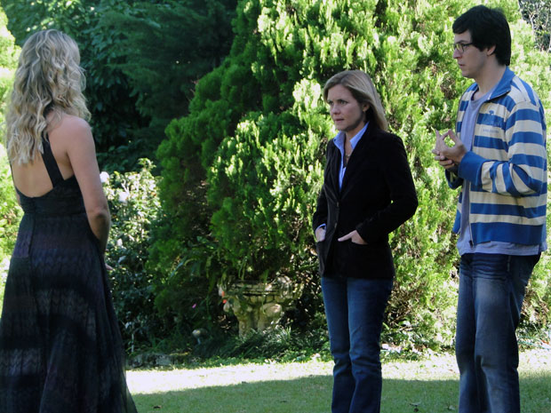 Ícaro pede a Júlia para explicar a existência da robô a Naomi (Foto: Morde & Assopra / TV Globo)