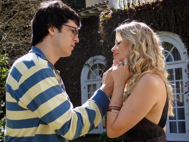 Naomi adora a prova de amor do marido (Foto: Morde & Assopra / TV Globo)