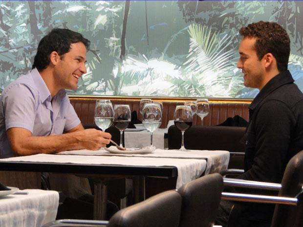 Eduardo e Hugo se divertem em jantar à dois (Foto: Insensato Coração/ TV Globo)