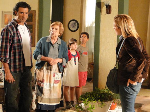 Abner fica furioso depois que Júlia conta que Minerva foi a responsável pelo incêndio (Foto: Morde & Assopra/TVGlobo)