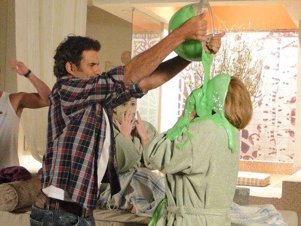 Abner joga massa verde no rosto de Minerva (Foto: Morde & Assopra/TVGlobo)