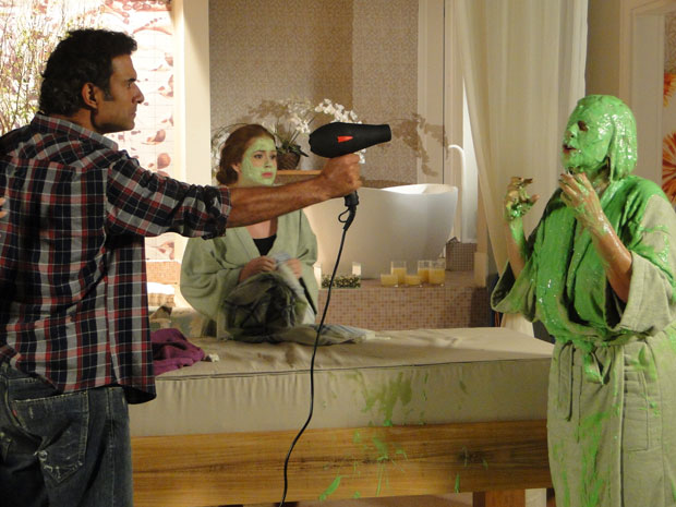 Abner ameaça Minerva e ela confessa o crime (Foto: Morde & Assopra/TVGlobo)