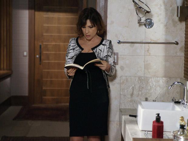 Wanda encontra caderno de anotações que era de Clarice (Foto: Insensato Coração / TV Globo)