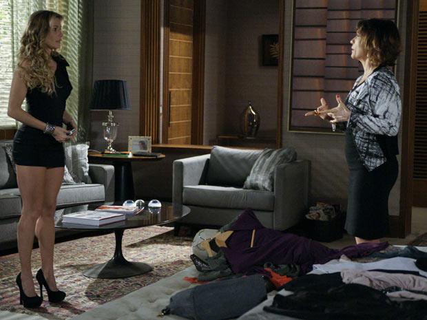 Natalie pede ajuda a Wanda para ser fina e elegante (Foto: Insensato Coração / TV Globo)