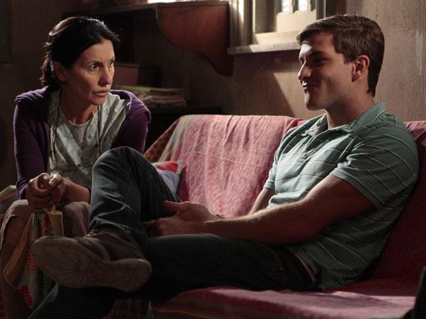 Guilherme conta para a mãe suas intenções no novo emprego (Foto: Morde & Assopra)