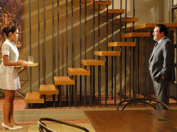 Lidia fica assustada com o elogio de Oséas e sai correndo (Foto: Morde & Assopra / TV Globo)