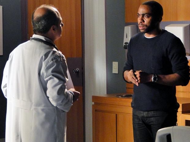 André conversa com o médico (Foto: Insensato Coração/ TV Globo)