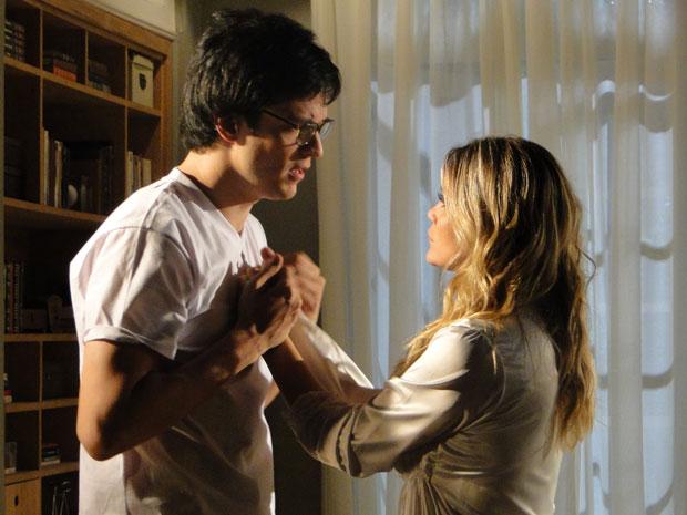 Naomi diz a Ícaro que robô pode atrapalhar a relação dos dois (Foto: Morde & Assopra/TV Globo)