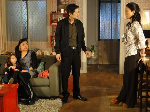 Akira não aceita atitude da mãe e defende Hoshi e Kimmy (Foto: Morde & Assopra/TV Globo)