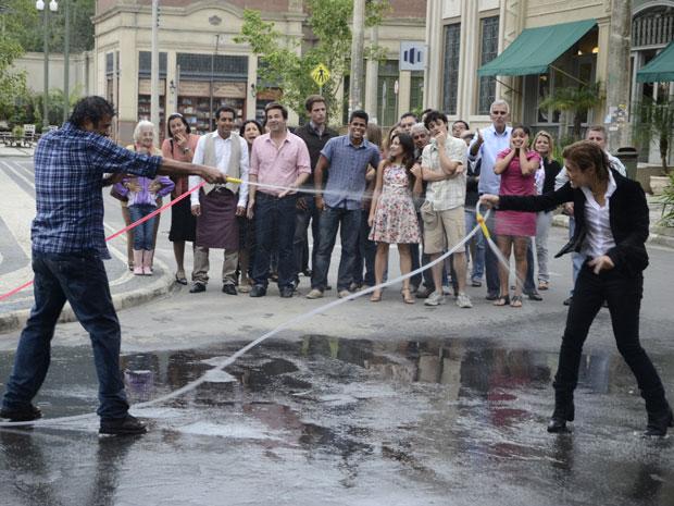 Abner e Júlia protagonizam uma guerra de jatos d'água (Foto: Morde & Assopra/TV Globo)