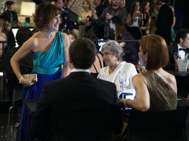 Wanda se senta sem ser convidada (Foto: tv globo/insensatocoração)