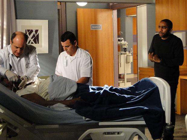 Médicos socorrem Gregório, que tem convulsões (Foto: Insensato Coração / TV Globo)