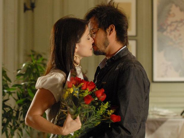 Cristiano se rende ao amor de Abelha (Foto: Morde & Assopra / TV Globo)