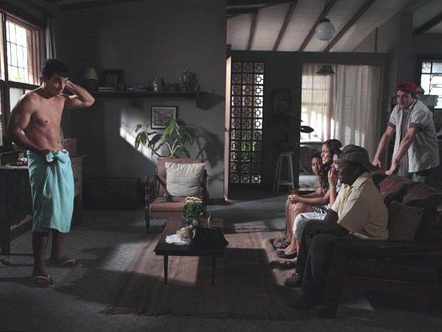 Xavier fica de toalha e depois sem ela na frente da família de Maria João (Foto: Morde & Assopra/ TV Globo)
