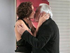 O casal troca declarações (Foto: Insensato Coração/ TV Globo)