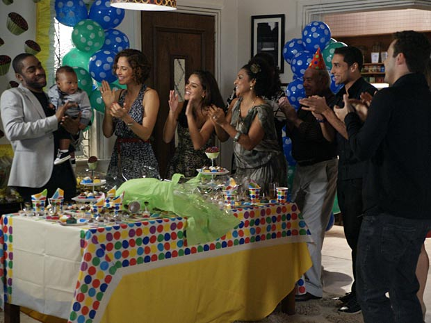 André chega atrasado no aniversário de Antônio mas dá tempo de cantar parabéns em família (Foto: Insensato Coração/ TV Globo)