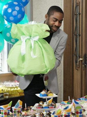 André chega com o bolo que Marina encomendou (Foto: Insensato Coração/ TV Globo)