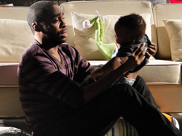 André se emociona com o filho (Foto: Insensato Coração/ TV Globo)