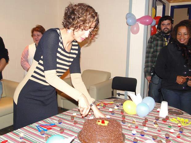 O primeiro pedaço de bolo vai para... (Foto: Insensato Coração/ TV Globo)