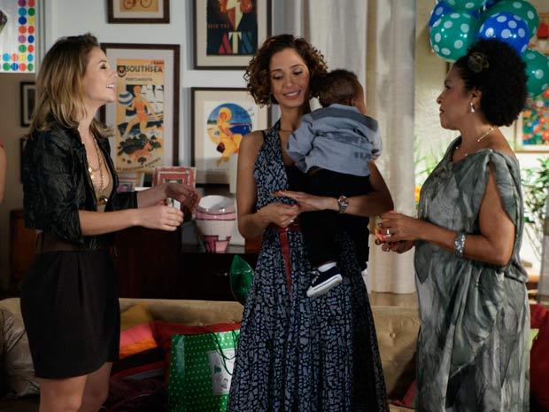 Marina disfarça para Carol não perceber nada (Foto: Insensato Coração/ TV Globo)