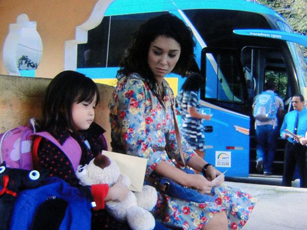 Keiko espera por Wilson com Kimmy na rodoviária (Foto: Morde & Assopra / TV Globo)