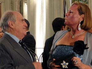 Minerva encara Isaías e deixa claro que ficou desconfiada (Foto: Morde & Assopra / TV Globo)