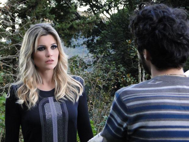 Naomi diz a Leandro que só confia nele (Foto: Morde & Assopra/TVGlobo)