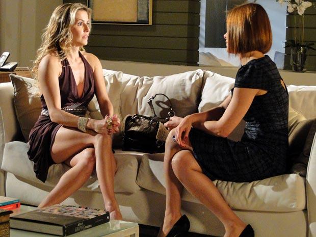 Natalie não consegue o apoio de Gilda (Foto: Insensato Coração/ TV Globo)