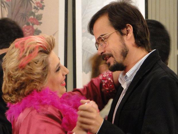 Pink tenta se aproximar de Cristiano e o convida para dançar (Foto: Morde & Assopra / TV Globo)