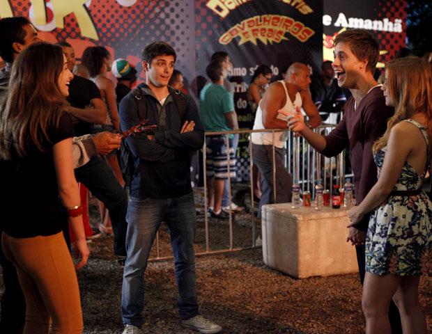 Galera se encontra na saída do baile funk (Foto: Malhação / TV Globo)
