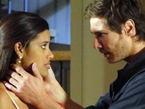 Tiago tenta acalmar a amada (Foto: Morde & Assopra / TV Globo)