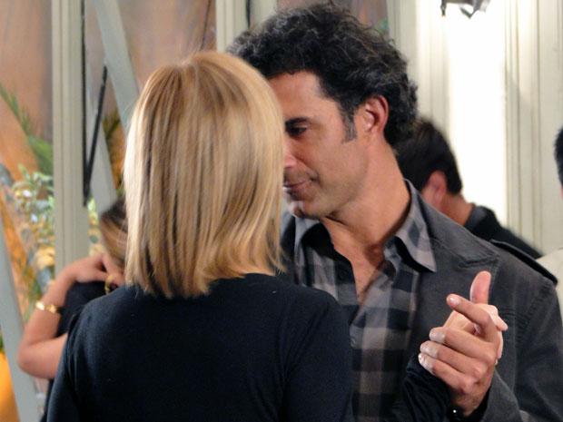 Abner aproveita a chance para ficar agarradinho com Júlia (Foto: Morde & Assopra / TV Globo)