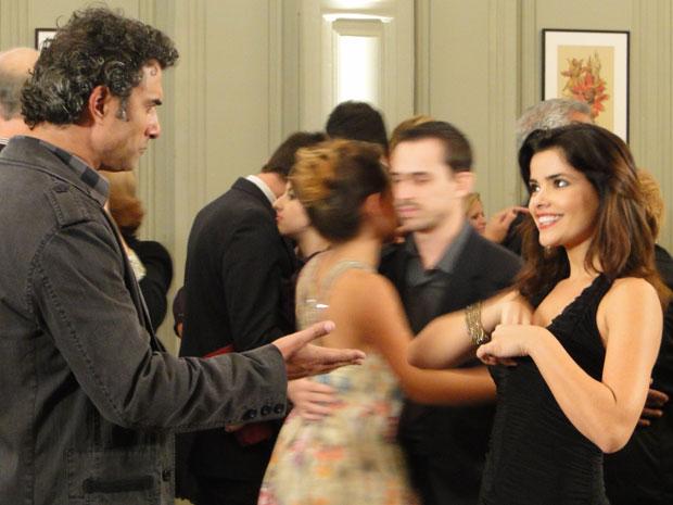 Celeste provoca Abner e coloca a chave do carro no decote (Foto: Morde & Assopra / TV Globo)