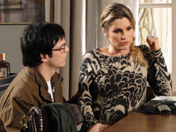 Naomi finge passar mal e convence Ícaro a viajar sem ela (Foto: Morde & Assopra/TV Globo)