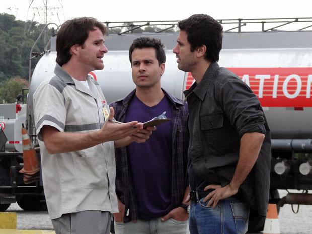 O abastecedor conta a Pedro e Nando (Foto: Insensato Coração / TV Globo)