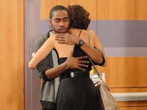 André ganha um abraço de Carol (Foto: Insensato Coração / TV Globo)