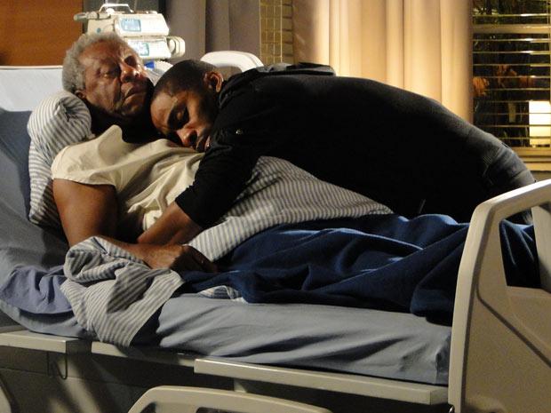André abraça o pai depois de ouvir dele suas últimas palavras (Foto: Insensato Coração / TV Globo)