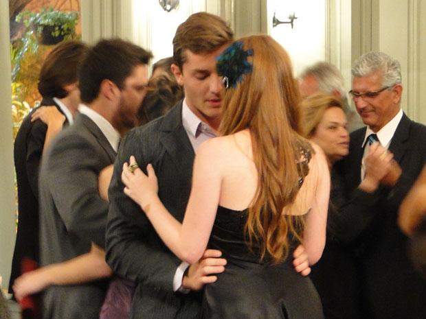 Apesar de brigados, Alice e Guilherme dançam juntos durante a festa (Foto: Morde & Assopra/TVGlobo)