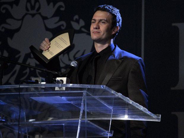 Recomposto, Léo faz o seu discurso (Foto: Insensato Coração/ TV Globo)
