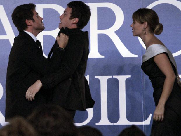 Pedro sai no braço com Léo no palco da Barão (Foto: Insensato Coração/ TV Globo)