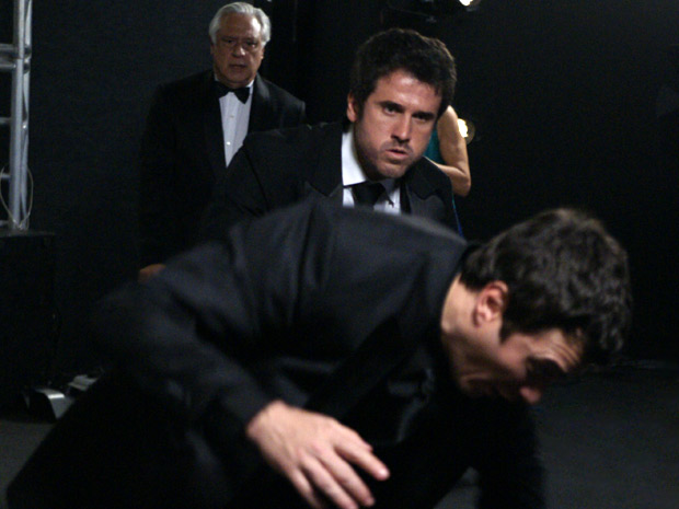 Pedro está enfurecido (Foto: Insensato Coração/ TV Globo)