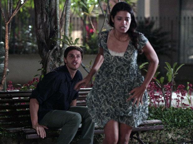 Assustada, Lidia foge com medo de perder o emprego (Foto: Morde & Assopra / TV Globo)